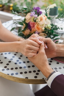 指輪を結婚式の手のクローズアップ