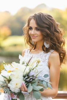 長い巻き毛を持つ美しい若い女性