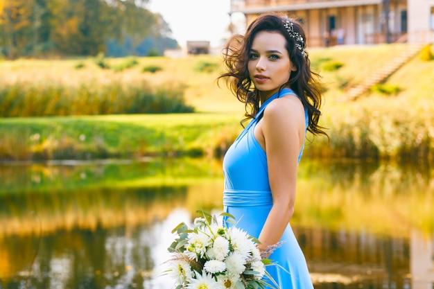 巻き毛を持つ美しい若い花嫁介添人