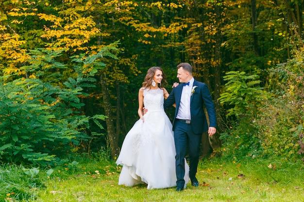 Элегантная кудрявая невеста и стильный жених