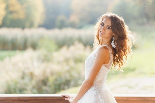 Красивая молодая невеста с длинными вьющимися волосами
