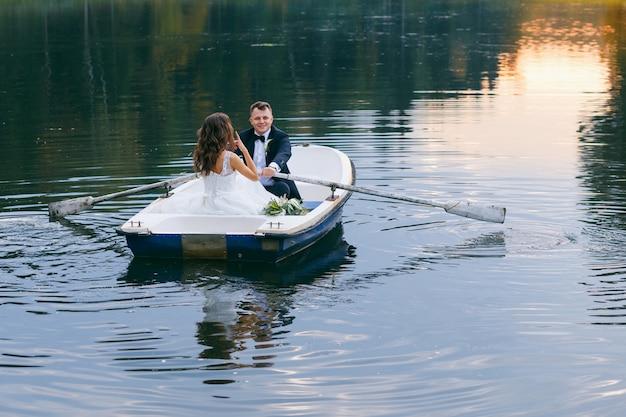 湖の手漕ぎボートで新郎新婦