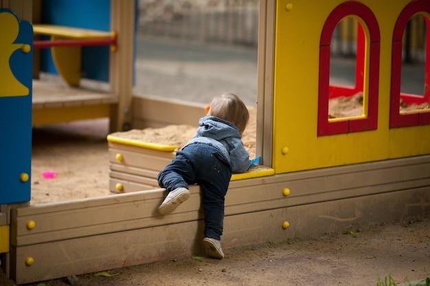 外で遊ぶ小さな男の子