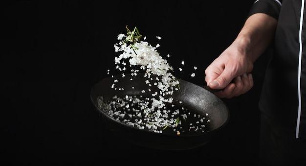 焼きたての芳香族塩を鍋で調理する。