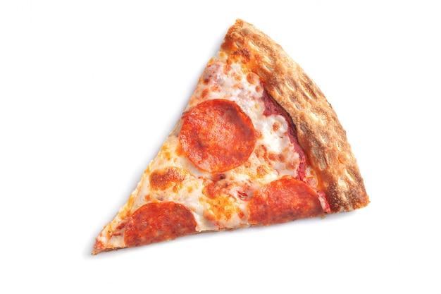 Кусок свежей итальянской классической оригинальной пиццы пепперони, изолированные на белом фоне. вид сверху