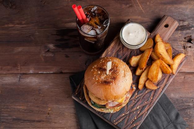 軽食とおいしいハンバーガーのクローズアップ。