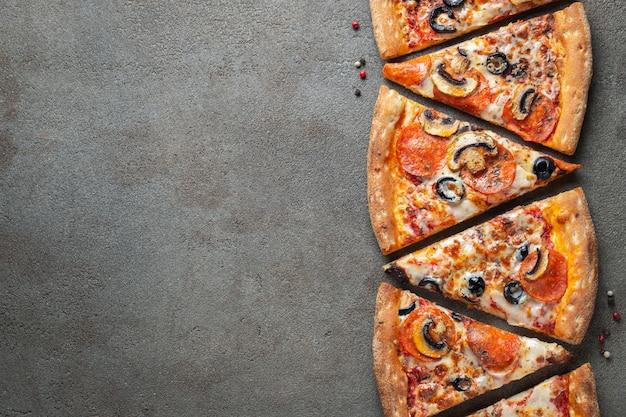 Кусочки пиццы пепперони с грибами.