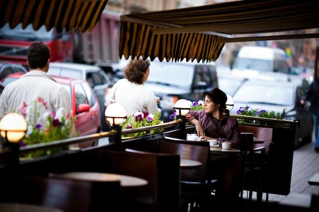 カフェに座ってお茶を一杯の女性。