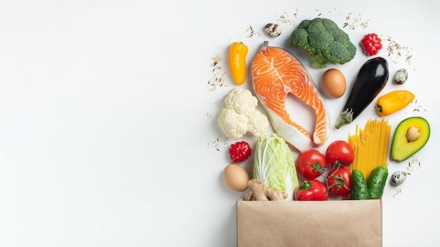 Супермаркет. бумажный пакет, полный здоровой пищи.