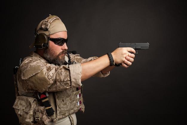 彼の銃を目指して残忍な男。