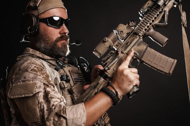 軍の砂漠の制服を着た残忍な男。