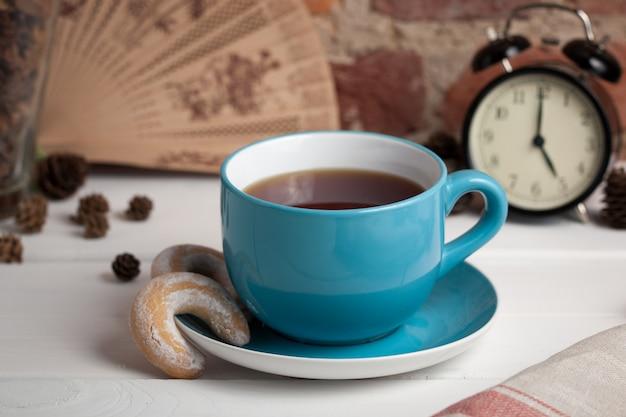 Чашка чая с печеньем. пять часов.