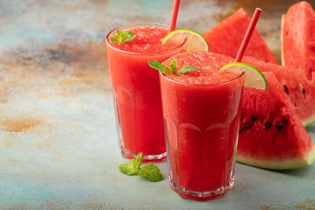 Арбузная смузи летом освежающий напиток.