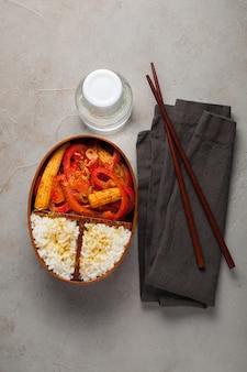 Деревянная коробка для завтрака с здоровой едой.