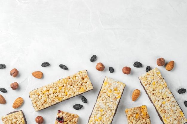 Здоровая сладкая десертная закуска. зерновой батончик мюсли.