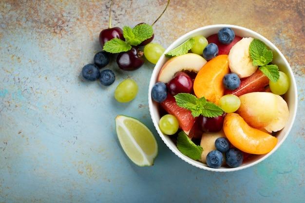 健康的なフレッシュフルーツサラダのボウル。