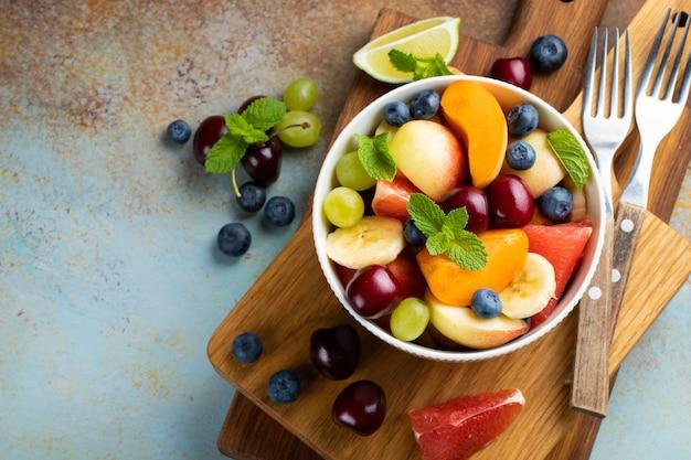 Чаша здоровый салат из свежих фруктов.