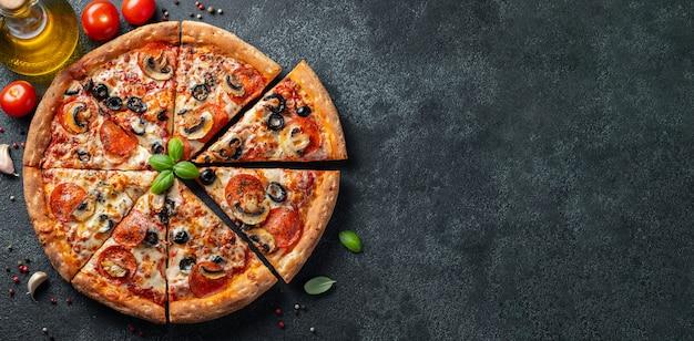 Вкусная пицца пепперони с грибами и оливками.