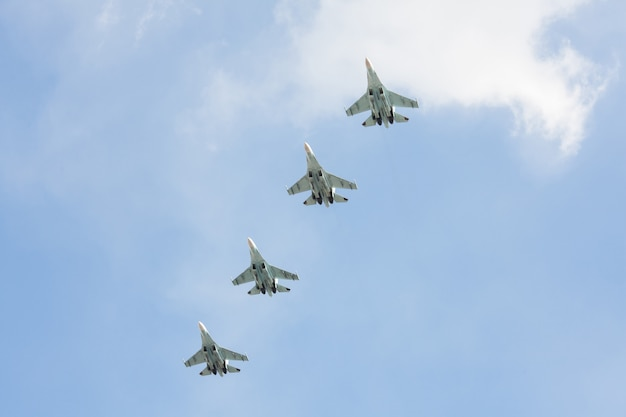 ごちそうの上空でロシアの戦闘機。
