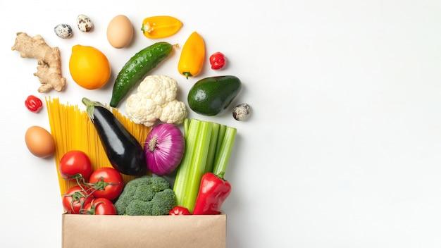 テーブルの上のさまざまな健康食品の紙袋。