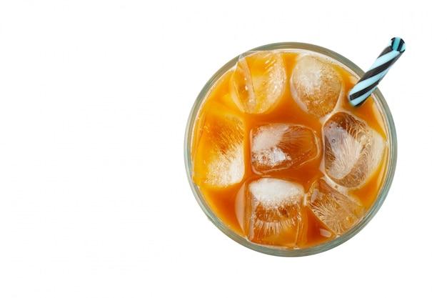 Ледяной кофе в высокий стакан со сливками.
