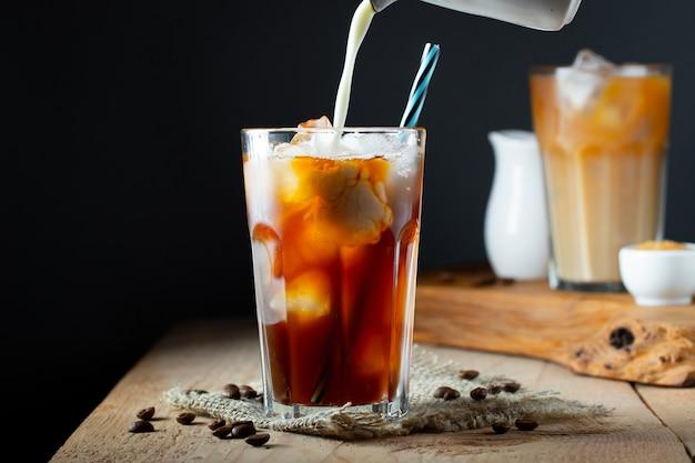 クリームと背の高いグラスにアイスコーヒー。
