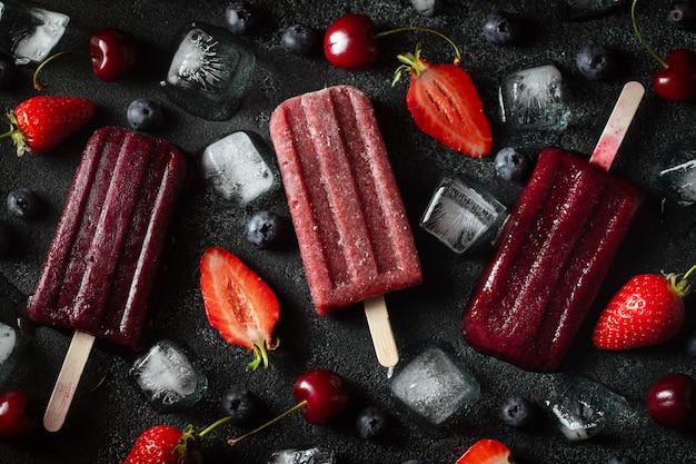 明るい夏の果実のアイスキャンディー。