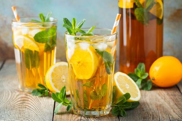 レモンとアイスの伝統的なアイスティー。