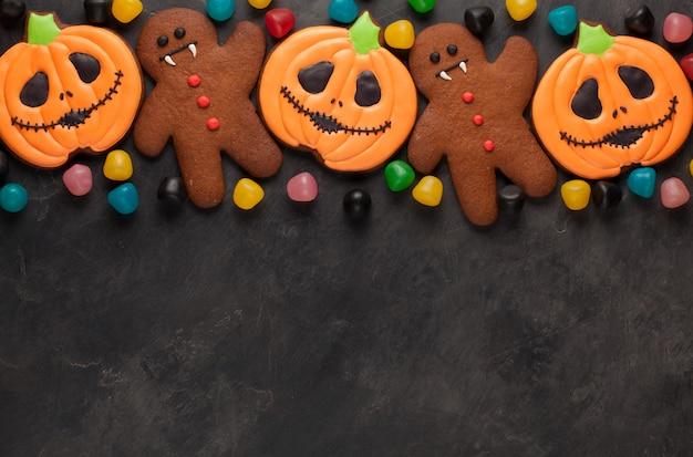 Хэллоуин тыква, летучая мышь и пряничный человечек.