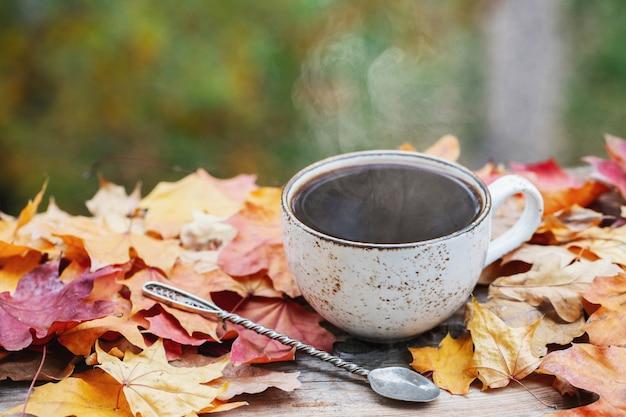 秋、紅葉、熱い一杯のコーヒー。
