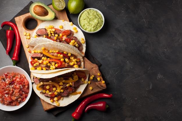 大理石のビーフと野菜のメキシコのタコス。
