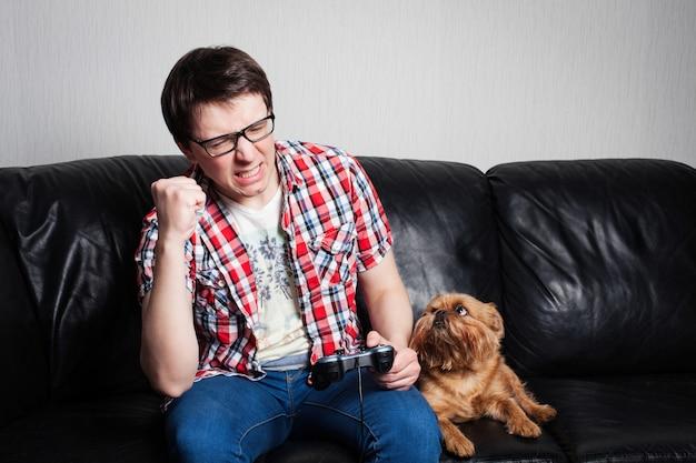 若い男がビデオゲームをプレイします。