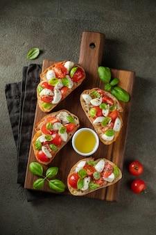 トマト、モッツァレラチーズ、バジルのブルスケッタ。