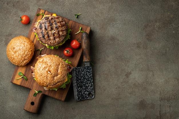 Набор самодельных вкусных гамбургеров.
