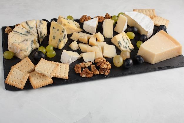 Ассорти сыров с белым виноградом.