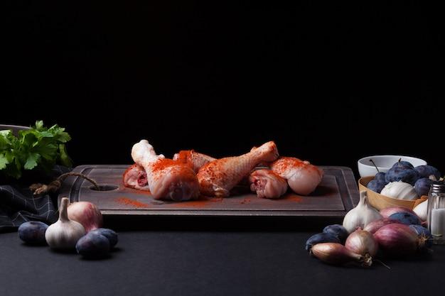 生の鶏もも肉のクローズアップ。