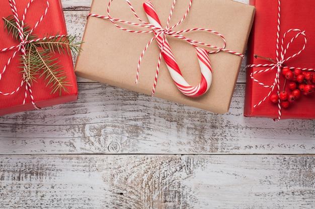Рождественские подарки на белом.