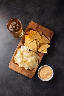 軽食とビールはチップとナチョスです。