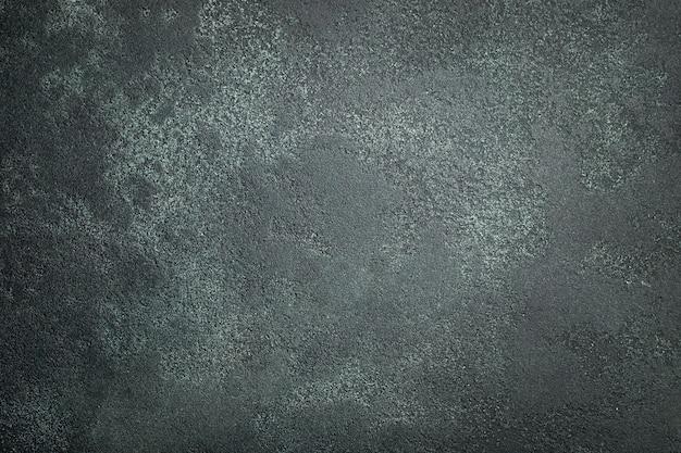 暗い石やスレートの壁。