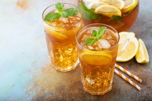 レモンと伝統的なアイスティー。