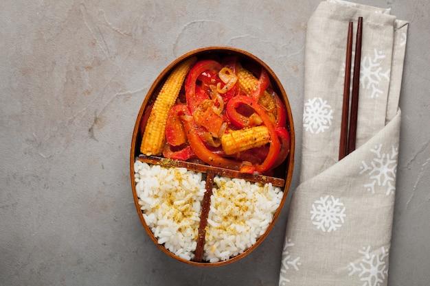 Деревянная коробка для завтрака со здоровой пищей