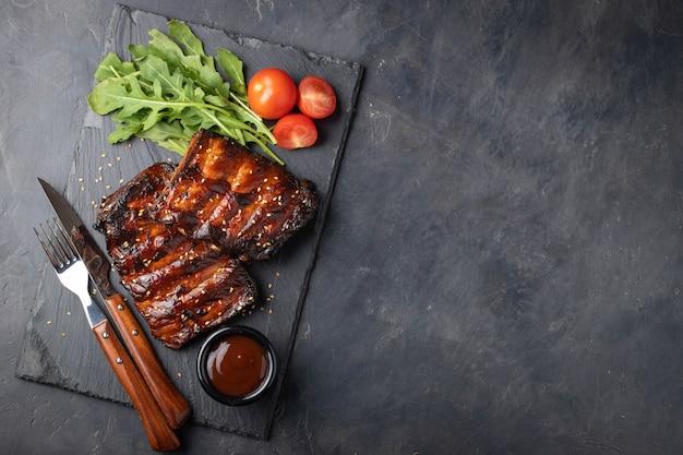豚カルビのクローズアップは、バーベキューソースで焼きました。