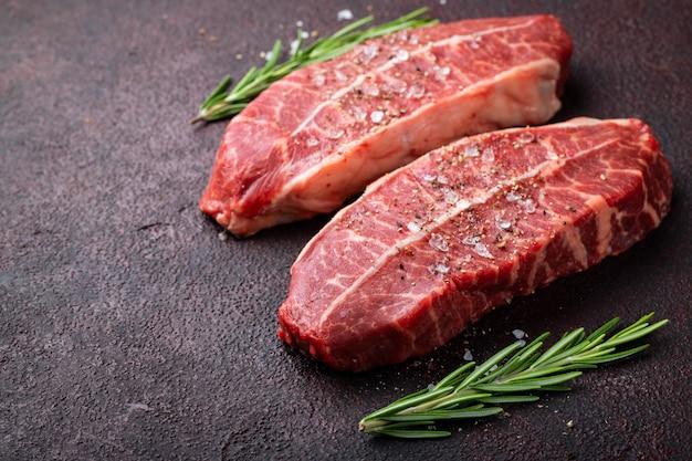 生の新鮮な肉のトップブレードステーキ。