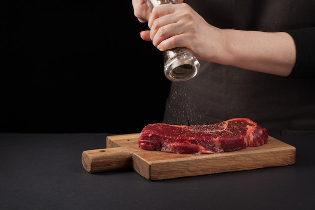 シェフによるニューヨークビーフステーキの調理
