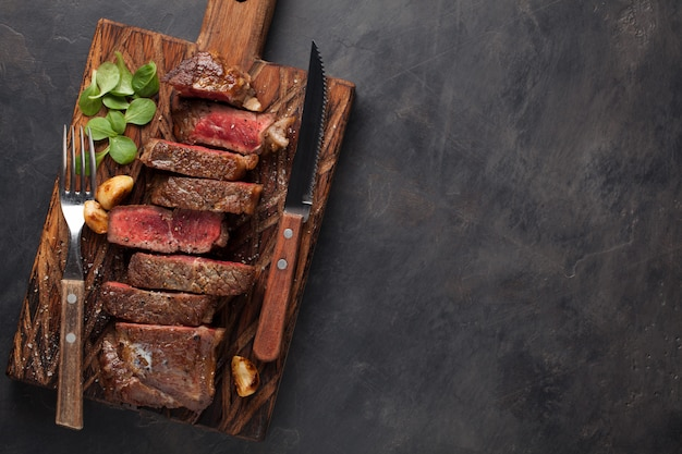 ニューヨークのステーキを食べる準備ができてのクローズアップ。