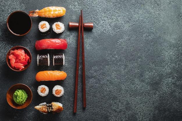 石のテーブルに寿司とマキのセット。