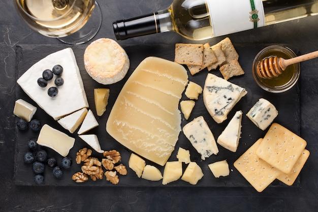 暗い石のプレートの上にチーズ料理を味わう。