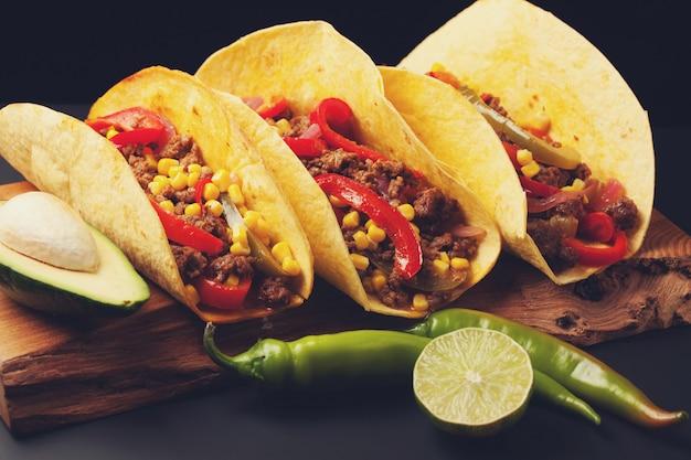 牛ひき肉、野菜、サルサのメキシコのタコス。