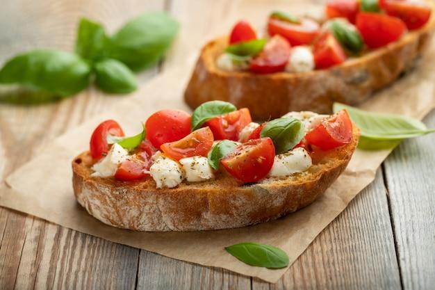 トマト、モッツァレラチーズとバジルのブルスケッタ。