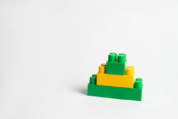 キッズ開発、ビルディングブロックと建設、緑と黄色のブロック